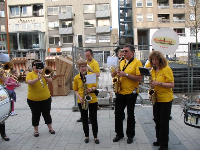 optreden plein almere 02-04-2011 032